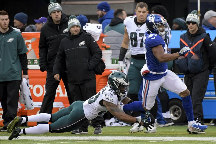 Foles throws 4 TDs as Eagles hold off Giants