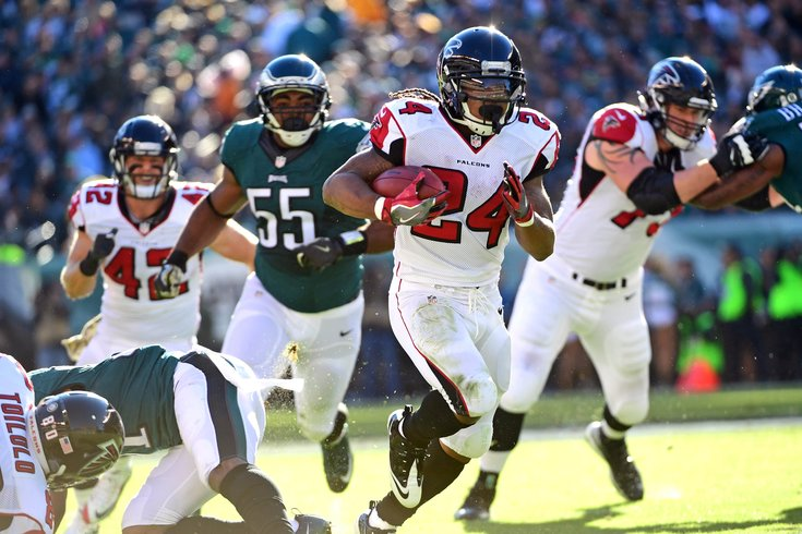 Devonta Freeman runs through the Eagles defenders